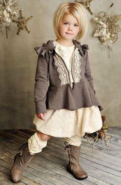Los encajes que están en el centro de la blusa, se pueden hacer pero con una abertura de otro color que sujeten botones y ojaletes para abrir la blusa por delante. Me encanta el contraste de un color oscuro y lo de abajo marfil o blanco.