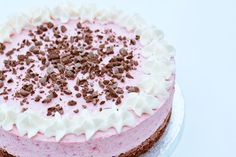 Brownie with raspberry mousse Sweets Cake, Cookie Desserts, Sweet Desserts, Dessert Recipes, Raspberry Mousse, Danish Food, Mousse Cake, Love Cake, No Bake Cake