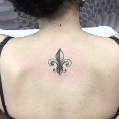 Flor de Liz feito em Liz hj! Valeu a confiança! #inked #ink #arte #art #blackwork #tattoo #tatuagem #tatuagemfeminina #fineline #finelinetattoo #liz #flordeliz #girltattoo