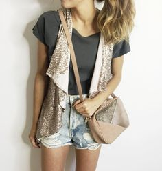 All I want is a glitter bag for summer! Photo: @modajustcoco   #glitter #complementos #outfitinspiration #summer #lookoftoday #streetstyle #bolsos #moda