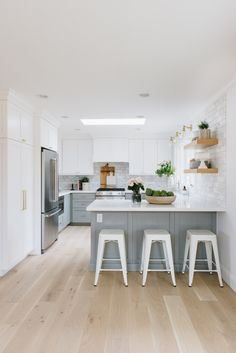 Hallmark Floors alta vista Malibu and laguna We're sharing our favorite selections from one of our go-to flooring companies! Kitchen Redo, Home Decor Kitchen, Kitchen Interior, New Kitchen, Kitchen Dining, Floors Kitchen, Kitchen Backsplash, Kitchen Ideas, U Shape Kitchen