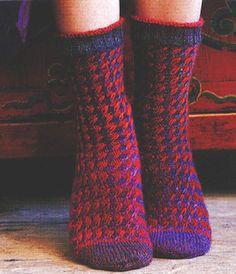 Nostetuin silmukoin koristellut sukat