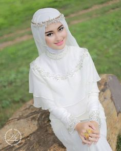 You can make your wedding hijab stylish by wearing beautiful hijab styles for brides. Wedding Abaya, Muslim Wedding Gown, Wedding Hijab Styles, Muslimah Wedding Dress, Hijab Style Dress, Muslim Wedding Dresses, Muslim Brides, Bridal Dresses, Muslim Couples