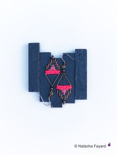 Neon pink & charcoal grey micro macrame miyuki delicas woven earrings. © Natacha Fayard   #macrame #micromacrame #miyuki #delicas #set #earrings #neon #pink