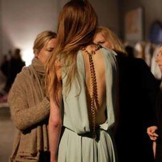 Open back - mint dress Fashion Details, Look Fashion, High Fashion, Fashion Beauty, Fashion Design, Fashion Trends, Fashion Spring, Fashion Killa, Fashion Ideas