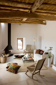 Une cheminée aérienne noire dans un cadre esprit nature - 40 idées de cheminées pour un salon chaleureux - CôtéMaison.fr