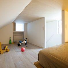 この住宅は東京の青山に位置し、敷地内に2.7Mの高低差があり、西側1階と南側地下1階にアプローチできる多角形の敷地である。クライアントの要望は、地下は駐車場と駐輪場と書斎、1階は玄関と水廻りと主寝室、2階はLDK、ロフト階は子供室であった。