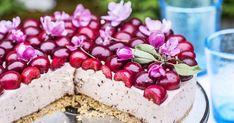 Kirsikkajuustokakku saa alleen rapean kaurakeksipohjan ja päälleen kirsikkaliköörillä maustetun tuorejuustotäytteen. Koristele pinta puolikkailla kirsikoilla.