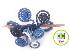Accesorio para el cabello elaborado en alambre forrado de diferentes materiales. Se entrega con un pasador o palo chino en madera cedro tallado a mano. Hecho a mano. Artículo único. By Tittari.
