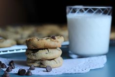 Need cookies? Need cookies in a hurry? Here's are some quick (and tasty) cookies using cake mix. Flourless Chocolate Chip Cookies, Perfect Chocolate Chip Cookies, Keto Chocolate Chips, Chocolate Chip Muffins, Caramel Cookies, Cookie Desserts, Cookie Recipes, Keto Recipes, Cookie Pie