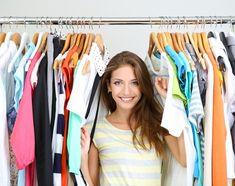 O espaço do quarto está pequeno? Que tal utilizar araras para suas roupas? Elas são ótimas para locais com espaço contado e mantêm as suas peças à vista e bem organizadas.
