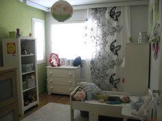 Värikäs seinä, mustavalkoinen verho, cool!