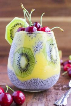 Protein and fiber-rich chia seed pudding layered with sweet coconut mango puree, fresh kiwi and topped with juicy cherries. You can make this tropical treat a quick breakfast, snack or healthy dessert! Gluten-free and vegan. Kiwi, Paleo Dessert, Delicious Desserts, Mango Chia Seed Pudding, Most Popular Desserts, Snacks Saludables, Fruit Smoothies, Chia Seeds, Trifle