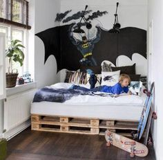Παλέτα - κρεβάτι (για αγόρια): Μετά την ηλικία των 8, τα αγόρια θέλουν πιο…cool καταστάσεις. Πόσο μάλλον όταν πρόκειται για το δωμάτιό τους. Για το νεαρό σας επαναστάτη απλώστε 6 παλέτες στο έδαφος, δέστε τις καλά μεταξύ τους για να είναι σταθερές και τοποθετήστε πάνω τους το στρώμα. Μία εντυπωσιακή ταπετσαρία τοίχου με κάποιο αγορίστικο θέμα θα ολοκληρώσει το cool style.