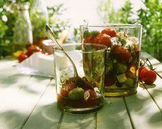 Eingelegte Tomaten mit Käse und Oliven | http://eatsmarter.de/rezepte/eingelegte-tomaten-mit-kaese-und-oliven