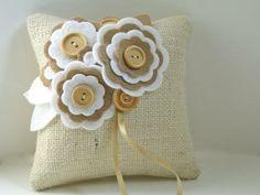 Ring Pillow Rustic Burlap felt flowers diy with buttons - home decor, handmade felt crafts Burlap Crafts, Felt Crafts, Fabric Crafts, Sewing Crafts, Sewing Projects, Pillow Crafts, Ring Pillows, Burlap Pillows, Decorative Pillows