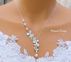 Cascada de orquídeas orquídeas collar - collar de perlas de agua dulce, Ideas de regalos de joyería, joyería de la novia, damas de honor de la boda   Delicada cadena de plata suspende una cascada de orquídeas hermosas con una perla hermosa que gotea de la orquídea de la parte inferior. Se puede personalizar con el color de tu boda!   -Orquídeas de rodio -Alta calidad Swarovski perlas o perlas de agua dulce -Cadena de plata de ley -Cierre de resorte plata   -Elegir su longitud desde el menú…