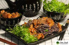 Co myslíte, může se člověk zamilovat do tempehu, sečuánského pepře či shiitake? Za nás rozhodně ano. Ochutnejte toto lahodné asijské jídlo, které je za použití nudlí soba vyráběných z pohanky vhodné i pro bezlepkovou dietu. Omáčka je báječná a i když obsahuje spoustu ingrediencí, je na přípravu velice jednoduchá. Kdo miluje asijskou kuchyni, měl by ho určitě vyzkoušet. Tak do toho! Tempeh, Tandoori Masala, Tamarindo, Curry, Ethnic Recipes, Food, Curries, Eten, Tamarind