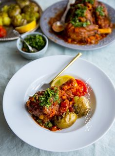 Lammlägg i tomatsås med gremolata - ZEINAS KITCHEN Curry, Ethnic Recipes, Kitchen, Food, Cooking, Meal, Essen, Home Kitchens, Hoods