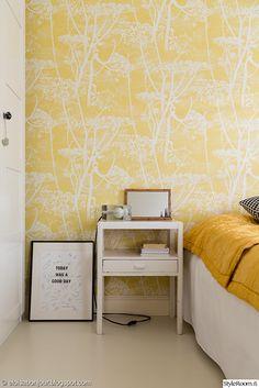 makuuhuone,värikäs,keltainen,tapetti,raikas,pirteä,sänky,yöpöytä,valoisa,koriste-esineet,block valaisin,lakanat,petaus
