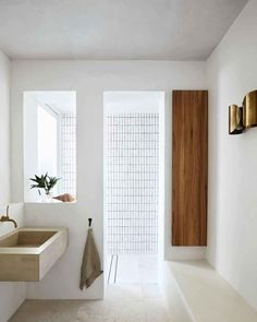 Modernes Badezimmer eines Strandhauses Interior designer Sarah Davison radically overhauled this house on Sydney's Northern Beaches and created a home to suit its location. By Alexandra Gordon. Photographed by Prue Ruscoe Style At Home, Bad Inspiration, Interior Inspiration, Shower Inspiration, Inspiration Boards, Interior Ideas, Minimalist Bathroom, Minimalist Living, Minimalist Decor