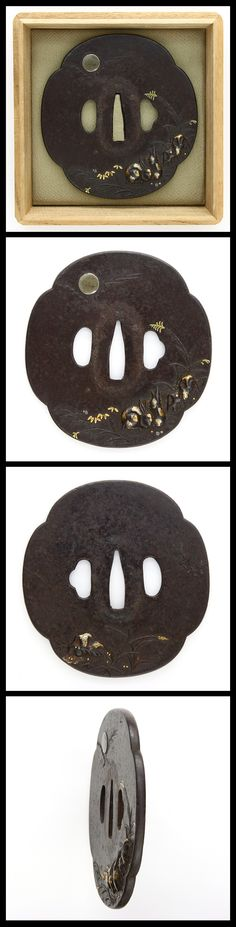 Rabbits under the moon are carved on the iron Tsuba