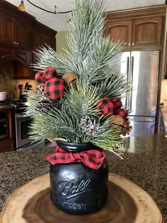 Christmas DIY : Buffalo Plaid Mason Jar Christmas Tree - Ask Christmas - Home of Christmas Inspiration & Deals Christmas Mason Jars, Christmas Centerpieces, Mason Jar Diy, Xmas Decorations, Country Christmas Decorations, Christmas In The Country, Country Christmas Ornaments, Rustic Mason Jars, Christmas Arrangements