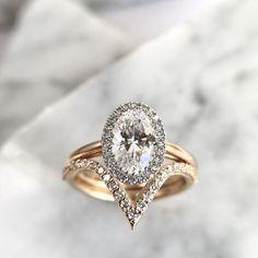 Oval halo engagement ring + V shaped wedding band #haloengagementring #engagementring #ovalcut