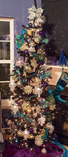 The peacock-inspired Christmas tree Peacock Christmas Decorations, Peacock Christmas Tree, Teal Christmas, Beautiful Christmas Trees, Christmas Tree Themes, Christmas Tree Toppers, Xmas Tree, All Things Christmas, Christmas Holidays