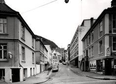 Bakkegaten fotografert fra Nye Sandviksvei i 1980. Til høyre ser en Frelsesarmeens rusomsorg i Bakkegaten 7. Fotograf: Øyvind H. Berger. Fotoregistrering av Bergen,  Bergen Byarkiv.