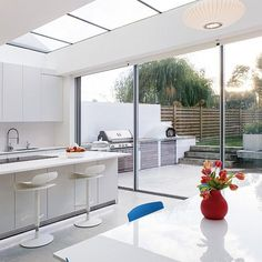 15 Classy Kitchen Extension Ideas You Can Steal To Suit Yourself Need some kitchen extension ideas? Here's 15 of the classiest kitchen extensions in the UK so you can get some inspiration for your kitchen extension! Kitchen Units, Open Plan Kitchen, Kitchen Ideas, Bright Kitchens, Home Kitchens, Home Design, Orangerie Extension, Extension Designs, Extension Ideas