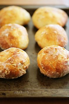 No-Knead Crusty Artisan Mini Loaves – So crusty, fluffy, and EASY! Just 3 ingredients and 5 minutes for these homemade loaves. Artisan Bread Recipes, Bread Machine Recipes, Baking Recipes, Kitchen Recipes, Bread And Pastries, How To Make Bread, Food To Make, Pain Artisanal, Mini Pains