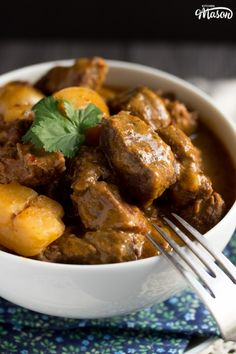 This incredibly easy slow cooker beef massaman curry recipe is SO tasty! With no precooking required, this is the perfect Slow Cooker Massaman Curry, Beef Massaman Curry, Slow Cooker Korean Beef, Healthy Slow Cooker, Meat Recipes, Slow Cooker Recipes, Indian Food Recipes, Pizza Recipes, Beef Bourguignon