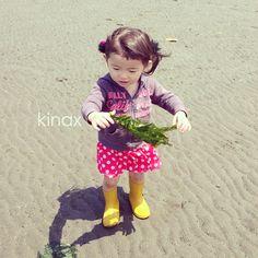 *  We did seashell digging and she caught wakame seaweed  *  今日の潮干狩りは、小さいカニとかお魚とか、エビ!  ちびっこはワカメをたくさん拾ってたよʕ •́؈•̀ ₎  *  帰り際に逃がしてあげたら、お友達が悲しくて泣いちゃったよʕ •́؈•̀ ₎w  むふふ  きゃわゆいな  *  #親バカ部 #children #kids #ぱっつん - @kinax- #webstagram