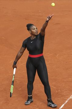 For her return to Grand Slam tennis, Serena Williams appeared at the French Open wearing a full-length black Nike bodysuit. Serena Williams French Open, Serena Williams Tennis, Venus And Serena Williams, Vanessa Williams, American Athletes, Female Athletes, Sarena Williams, Belle Nana, Tennis Clothes