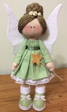 A boneca Fadinha é confeccionada no estilo russo, em que fica em pé sem apoio, ideal para decoração de quartos de meninas, casas e ateliês. Pode ser feita nas cores de sua preferência!    Medida aproximada: 35cm