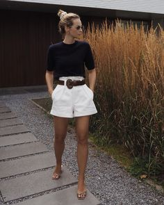 Sculptural bermuda shorts via will do this Wednesday. Short Outfits, Casual Outfits, Cute Outfits, Classy Shorts Outfits, Shorts Outfits Women, Bermuda Shorts Outfit, Summer Shorts, Classy Summer Outfits, Spring Outfits