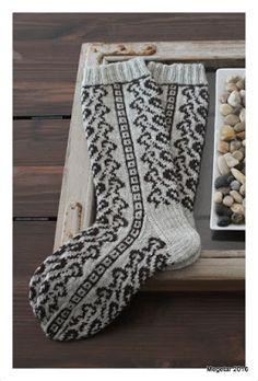 Tällä kertaa halusin suunnitella kirjoneulesukat alusta asti itse. Kuvio näihin sukkiin syntyi todella nopeasti ja lopputulos on mielestäni... Knitting Socks, Knit Socks, Christmas Knitting, Mittens, Knit Crochet, Tapestry, Crocheting, Fashion, Tights