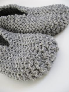 These slippers are thick and warm. This project is so fast and easy-to-do using two yarn strands. I knitted a pair of comfortable slippers with rustic wool yarn for great durability and warmth… Easy Knitting, Knitting For Beginners, Loom Knitting, Knitting Stitches, Knitting Socks, Knitting Patterns, Knit Slippers Free Pattern, Knitted Slippers, Crochet Slippers
