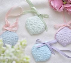100均にある石粉粘土で手作りディフューザーが作れるんです。その名も『アロマストーン』。石膏に精油を染み込ませる芳香剤です。石膏風になる石粉粘土はアロマストーンDIYに最適!