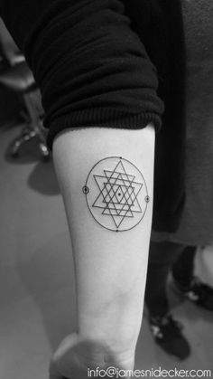 Forgot to post this sacred geometry tattoo I did on Lina (Leon's sister who got the animal skull & geometry triangles on the same day) when they visited Amsterdam recently…