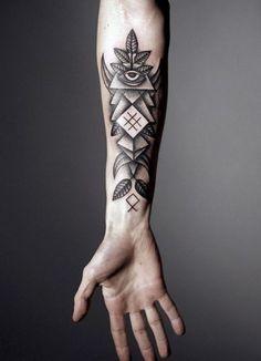 Allsehendes Auge Dreieck Pyramide Illuminati Illuminaten Tattoo Illuminatendreieck Illuminatiauge Killuminati Tattoo Blätter und minimalistisches Tattoo für den männlichen kompletten Unterarm.