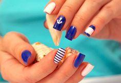 Морской маникюр синий и белый лак