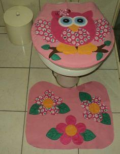 Esse lindo conjunto de duas peças para banheiro vai encantar e deixar o banheiro muito charmoso.  Feito em feltro e tecido, todo caseado a mão, o tapete vai embaixo emborrachado para melhor aderência.  Uma ótima sugestão de presente e para decoração de suítes até mesmo infantis.  Querendo o porta...