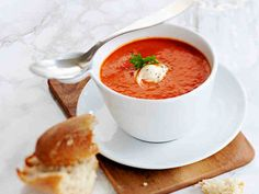 Tomaattikeitto saa makua pestosta ja valkosipulista. Tarjoa tomaatti-pestokeitto ranskankermanokareen kera. Soup Recipes, Healthy Recipes, Healthy Food, Cheeseburger Chowder, Pesto, Thai Red Curry, Nom Nom, Ethnic Recipes, Koti
