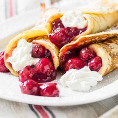 Ein richtig guter Milchreis wird nicht pur, sondern inmitten eines Pfannkuchens und zu einem herrlichen fruchtigen Kirschkompott vernascht.