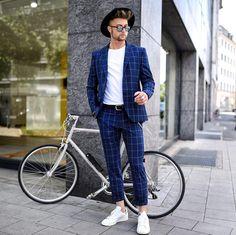 Outfit masculino: Costume xadrez, chapéu fedora e tênis branco. Veja mais looks masculinos com tênis branco no blog Marco da Moda