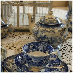 .the most popular pattern in the world...BLUE WILLOW