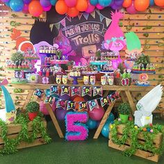 Festa Trolls. Por @partykids.ve #encontrandoideias #blogencontrandoideias #blogdefestainfantil #fabiolateles #festatrolls