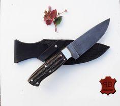 Bainha feita sob medida para a faca de aço damasco, produzida pelo mestre Peter Hamer. Confeccionada em soleta natural, utilizado couro de elefante na parte superior, tingida e costurada a mão.